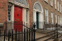 Gruziński czerwieni i zieleni drzwi w mieście Dublin w Irlandia obrazy royalty free