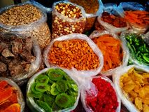 Gruziński szeroki zakres colourful tradycyjny jedzenie na sprzedaży w małym ulicznego rynku sklepie owoc - zbliżenie na dokrętkac zdjęcia royalty free