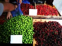 Gruziński szeroki zakres colourful tradycyjny jedzenie na sprzedaży w małym ulicznego rynku sklepie - zbliżenie na colourful owoc obraz stock