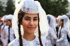 Gruziński tancerz w tradycyjnym kostiumu przy Międzynarodowym folkloru festiwalem dla dzieci i młodości Złotej ryba Obraz Royalty Free