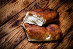 Gruziński chleb na lekkiej drewnianej desce lub stole stonowany Zdjęcia Royalty Free