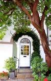 Gruzinu stylowy dzwi wejściowy obramiający drzewem obraz royalty free