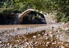 Gruzja, antyczny kamienia most od czasów Tamar ` s tsar, fotografia stock