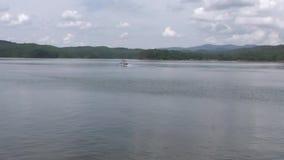 Gruzja, Carter jezioro, Podąża łódź gdy ono zbliża przez Carter jezioro zdjęcie wideo