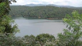 Gruzja, Carter jezioro, A szeroki Carter jezioro obramiający drzewami widok zbiory