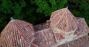 Gruzja, Kakheti Gurjaani Kvelatsminda dwa domed kościół Widok Powietrznym trutniem zbiory wideo