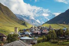 Gruzja kraj, Ushguli wioska wysoka w Kaukaz górach Svaneti defence góruje zdjęcia stock