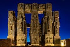 Gruzja, Tbilisi - 05 02 2019 - Imponująco pomnikowe kroniki Gruzja na górze wzgórza w obrzeżach kapitał - noc obraz stock