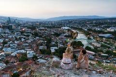 Gruzja Tbilisi, Lipiec, -, 4, 2018 Kura rzeka i Stary miasteczko Tbilisi Gruzja zdjęcia stock