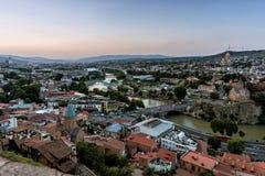 Gruzja Tbilisi, Lipiec, -, 4, 2018 Kura rzeka i Stary miasteczko Tbilisi Gruzja zdjęcie royalty free