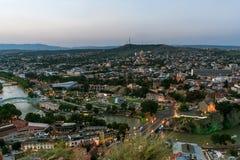 Gruzja Tbilisi, Lipiec, -, 4, 2018 Kura rzeka i Stary miasteczko Tbilisi Gruzja obraz stock