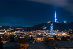 Gruzja, Tbilisi - 05 02 2019 - Noc pejzażu miejskiego widok Pięknego tv basztowi i sławni punkty zwrotni iluminowali - wizerunek fotografia stock