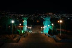 Gruzja, Tbilisi - 05 02 2019 - Widok od schody imponująco pomnikowe kroniki Gruzja na górze wzgórza obrazy royalty free