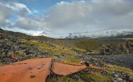 Gruzy od Shipwreck na Islandzkiej plaży z Snaefellsjokull Vo fotografia stock