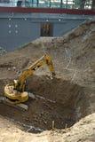 Grävare i handling - sikt från över Fotografering för Bildbyråer