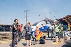 Grève française d'opérateur de rail de SNCF - protestataire faisant le barbecue Photo stock