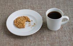 Gryźć ciastko na białym talerzu i kubku kawa Tło Fotografia Royalty Free