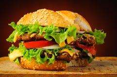 Gryźć hamburger fotografia stock