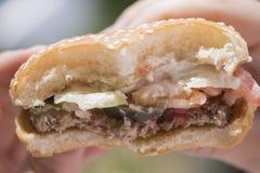 Gryźć hamburger w górę obrazy royalty free
