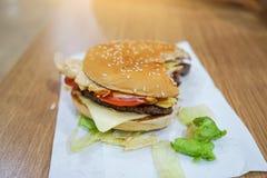 Gryźć wołowina hamburger na stole w restauraci Obraz Royalty Free