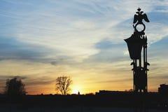 Gry himmel och konturn av brogarneringen Arkivfoto