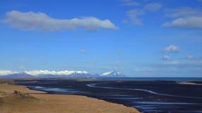 Góry i plaża blisko Hofn w wschodnich fjords w Iceland Obrazy Stock