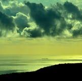 Gry med moln och skeppet på havet Arkivbilder