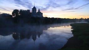 Gry mist på floden nära kyrkan på den höga klippanaturen för klippan Ural by av Sloboda lager videofilmer