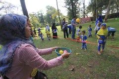 Gry ostrzą współpracę dzieci i rodzice Obrazy Royalty Free