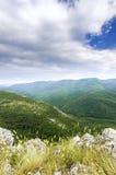 Gry på överkanten från de dimmiga maxima av bergen Royaltyfria Bilder