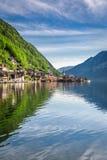 Gry på bergsjön i Hallstatt, fjällängar Arkivbilder