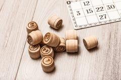 Gry planszowa loteryjka na białym biurku Drewniane loteryjek baryłki ca i gra Zdjęcie Royalty Free