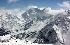 gry purpurt taget snöig för ljust bergmaximumfoto arkivbild