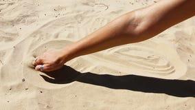 Gry z piaskiem Dziewczyna rysuje na piasku znaka nieskończoność zbiory
