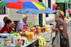Gryazi,俄罗斯- 8月19 2016年 水果和蔬菜销售在市场上在俄罗斯 免版税库存图片