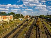 Gryazi, Россия - 12-ое августа 2018 перевозка сортируя железную дорогу Gryazi-Волгограда железнодорожного вокзала юговосточную Стоковые Фотографии RF