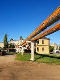 Gryazi, Russie - 21 juin 2018 tuyaux de canalisation de chauffage de la terre ci-dessus dans l'appareil de chauffage Photos stock