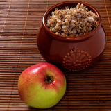 Gryczana owsianka z jabłkiem fotografia stock