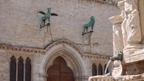 Gryffin en Leeuwstandbeelden op de voorgevel van het Paleis van Perugia, Italië stock videobeelden