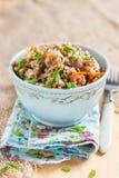 Gryka, stewed z mięsem, marchewkami i cebulami na lekkim tle, Obrazy Royalty Free