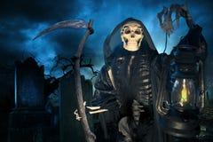 Grym reaper/dödsängel med lampan på natten Arkivbild