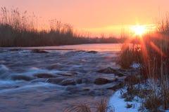 Gryning över att rusa vinterfloden Arkivfoton