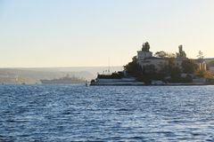 Gryning över fjärden av staden av Sevastopol arkivbild
