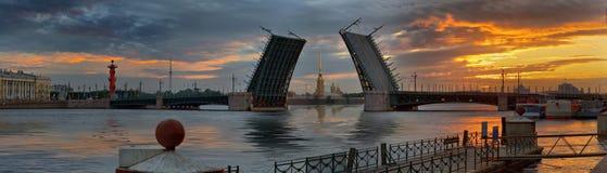 Gryning över Neva och broar i St Petersburg arkivbild