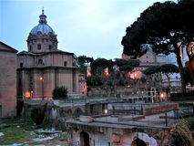 Gryning över Roman Forum i Rome arkivbild