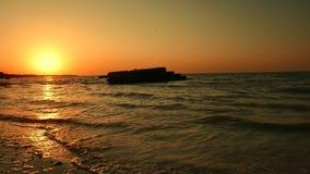 Gryning av solen på havet av Azov, bränning arkivfilmer