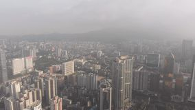 Gryning i Guangzhou, en stad i ogenomskinligheten I ramen av affärsmitten av staden skyskrapor bland bostadsområdet lager videofilmer