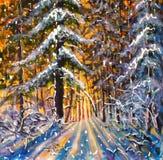 Gryning i vinterskogsoluppgången av en varm gul sol i ett kallt landskap för vinter för blåttvinterskog Stora julgranar Pos. Arkivbilder