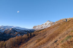 Gryning och måne i de Kaukasus bergen Arkivbilder