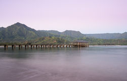 Gryning och soluppgång på den Hanalei fjärden och pir på Kauai Hawaii Fotografering för Bildbyråer